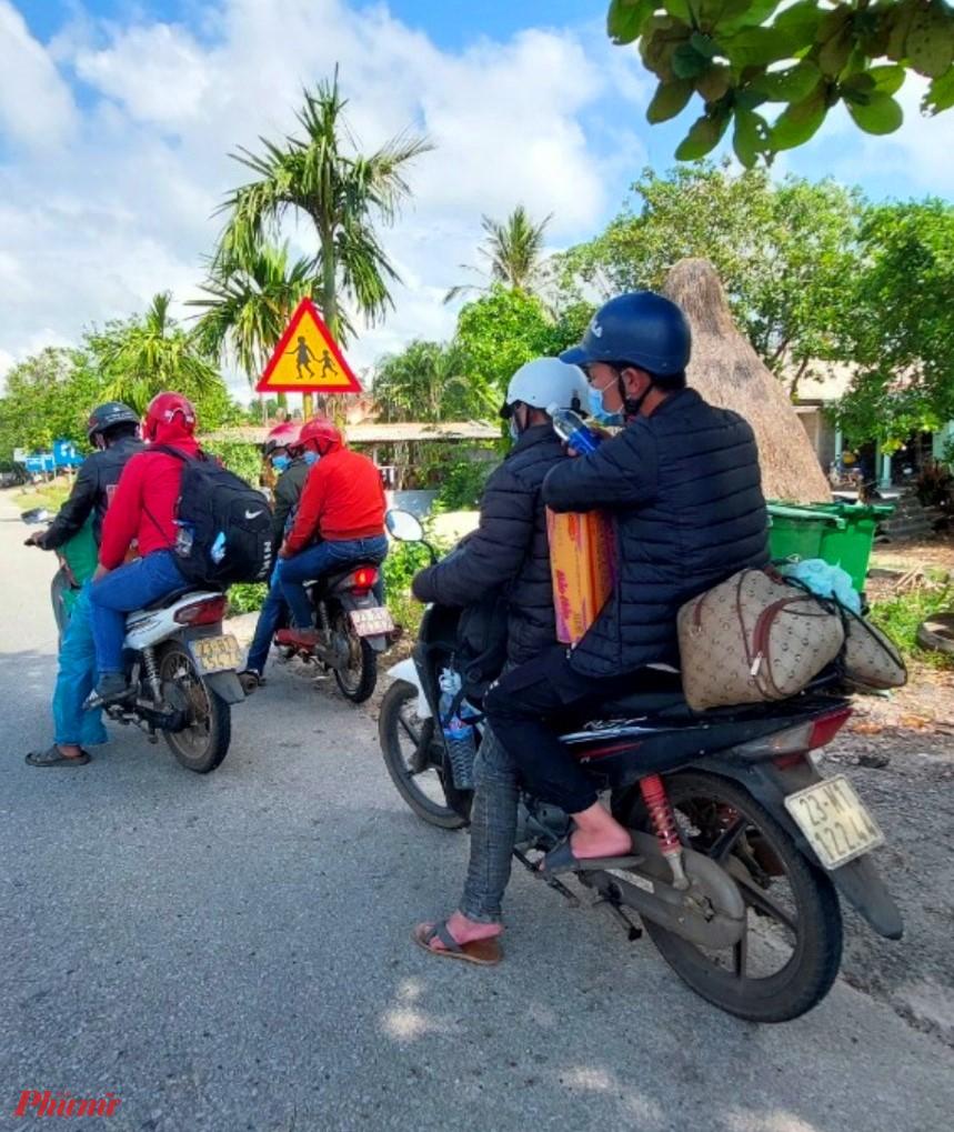 Sáng nay trên Quốc Lộ 1A đoạn qua huyện Phong Điền (Thừa Thiên - Huế) đoàn bà con quê ở Hà Giang cũng được người dân địa phương tặng thức ăn nhẹ để tiếp tục hành trình