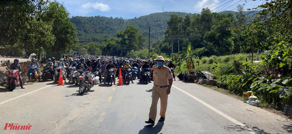 Sáng nay, tại thị trấn Lăng Cô lực lượng CSGT Thừa Thiên -  Huế đã tổ chức phân luồng, dẫn đường đưa gần 2.000 về từ các tỉnh phía Nam ra khỏi địa phận Huế