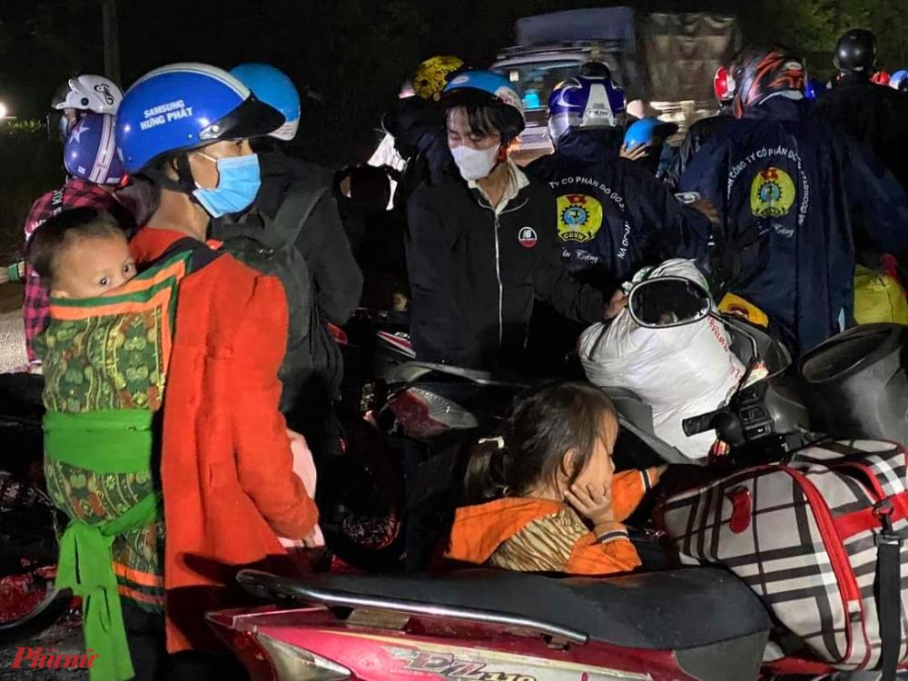 Nhều người còn được tặng mủ bảo hiểm, áo mưa để tiếp tục hành trình về quê ở các tỉnh phía Bắc