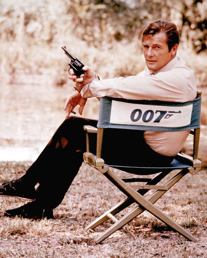 Roger Moore trong bộ phim James Bond công chiếu năm 1972