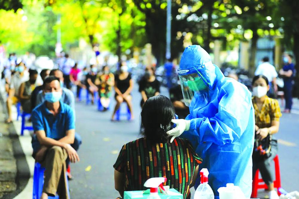 Xét nghiệm COVID-19 cho người dân sống quanh Bệnh viện Hữu nghị Việt Đức, Hà Nội ẢNH: BẢO KHANG