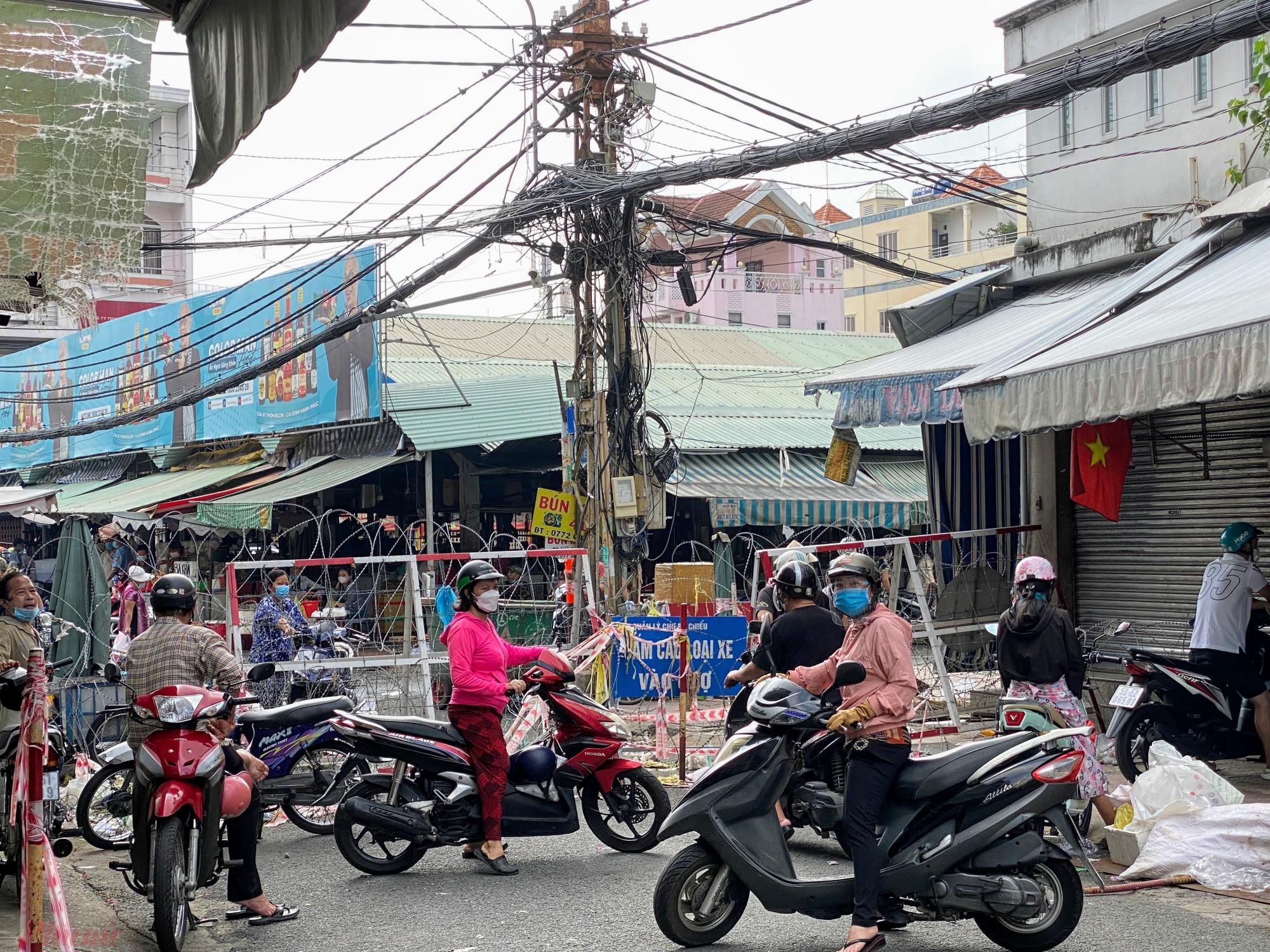 Trong khi lối vào chợ vẫn bị rào, chợ Bà Chiểu (quận Bình Thạnh, TPHCM) vẫn chưa mở hết để hoạt động, tuy nhiên tại các điểm bán tự phát đường Vũ Tùng,