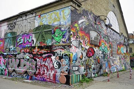 Những bức tường ở Christiania được phủ kín bằng các hình vẽ graffiti