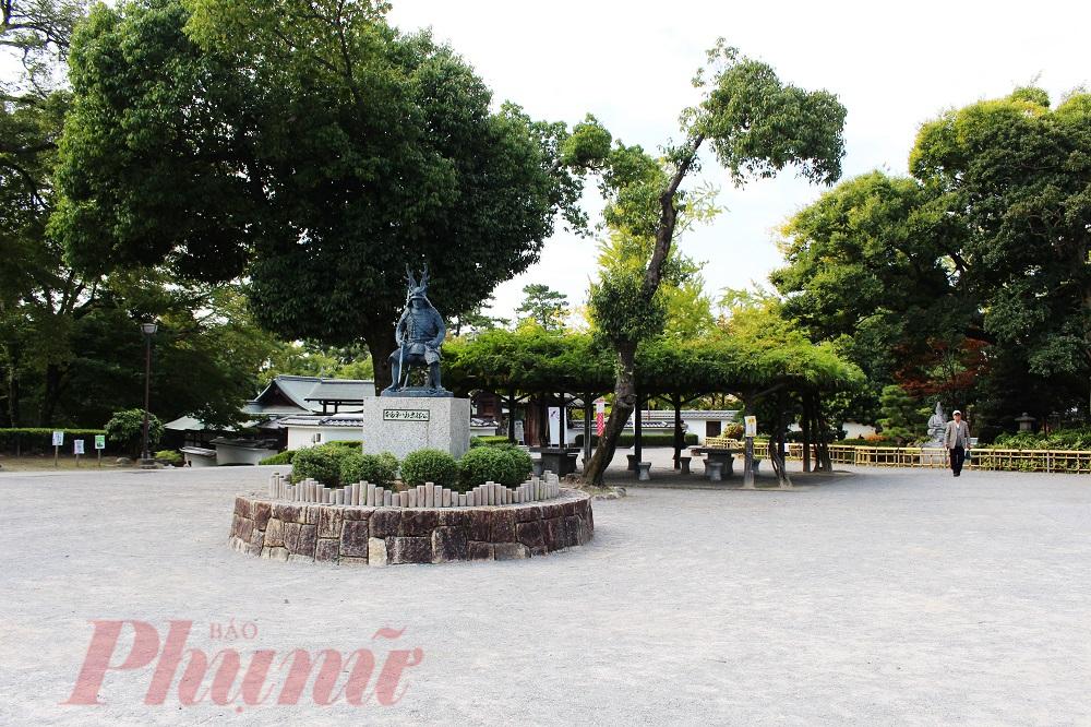 Công viên có địa chỉ tại Okazaki kōen 〒 444 – 0052 aichiken'okazakishi Kōsei-chō 563. Cho nên việc di chuyển đến đó cũng rất thuận tiện. Nếu đi bộ từ ga Higashi Okazaki trên tuyến chính Meitetsu Nagoya chỉ mất khoảng 15 phút. Ngoài ra, các bạn cũng có thể đi từ ga Okazaki Koenmae.