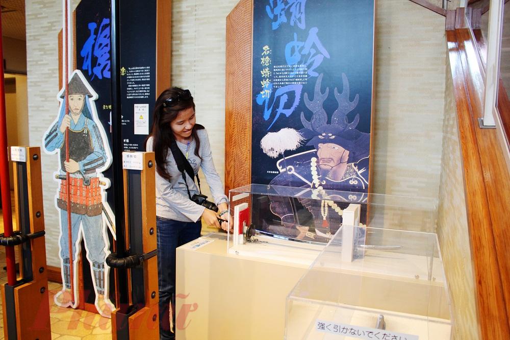 Bảo tàng thuộc công viên cũng cho phép khách tham quan trải nghiệm cảm giác chạm, cầm vào các thanh kiếm của các vị tướng quân hay mượn trang phục võ sĩ Samurai để chụp hình.