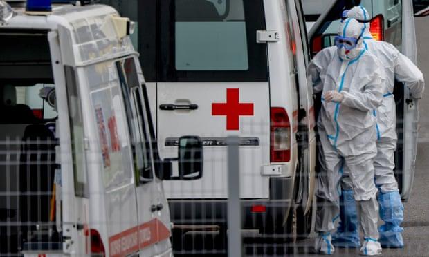 Các chuyên gia chăm sóc sức khỏe mặc đồ bảo hộ đặc biệt tại bệnh viện Kommunarka ở Moscow. Ảnh: Anadolu Agency / Getty Images