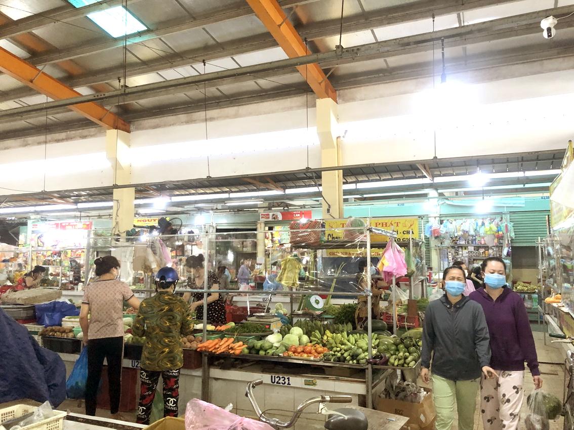 Khách đến chợ Bình Thới (Q.11, TP.HCM) ít, chủ yếu để mua thực phẩm tươi sống