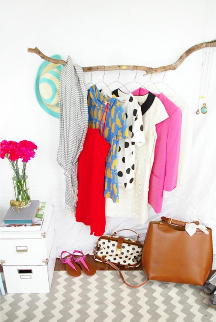 Tại sao bạn nên giấu những bộ quần áo sáng màu của mình trong tủ đựng quần áo? Hãy để chúng trang trí căn phòng của bạn! Một giá treo quần áo đẹp làm bằng tay sẽ làm cho ngôi nhà của bạn trông gọn gàng hơn.