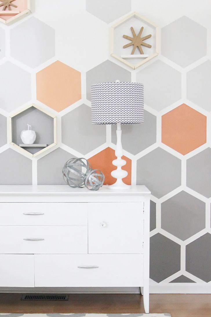 Bạn sẽ chỉ cần màu sắc tuyệt vời và kệ hình lục giác phong cách để tạo ra một bức tường tuyệt vời như thế này.