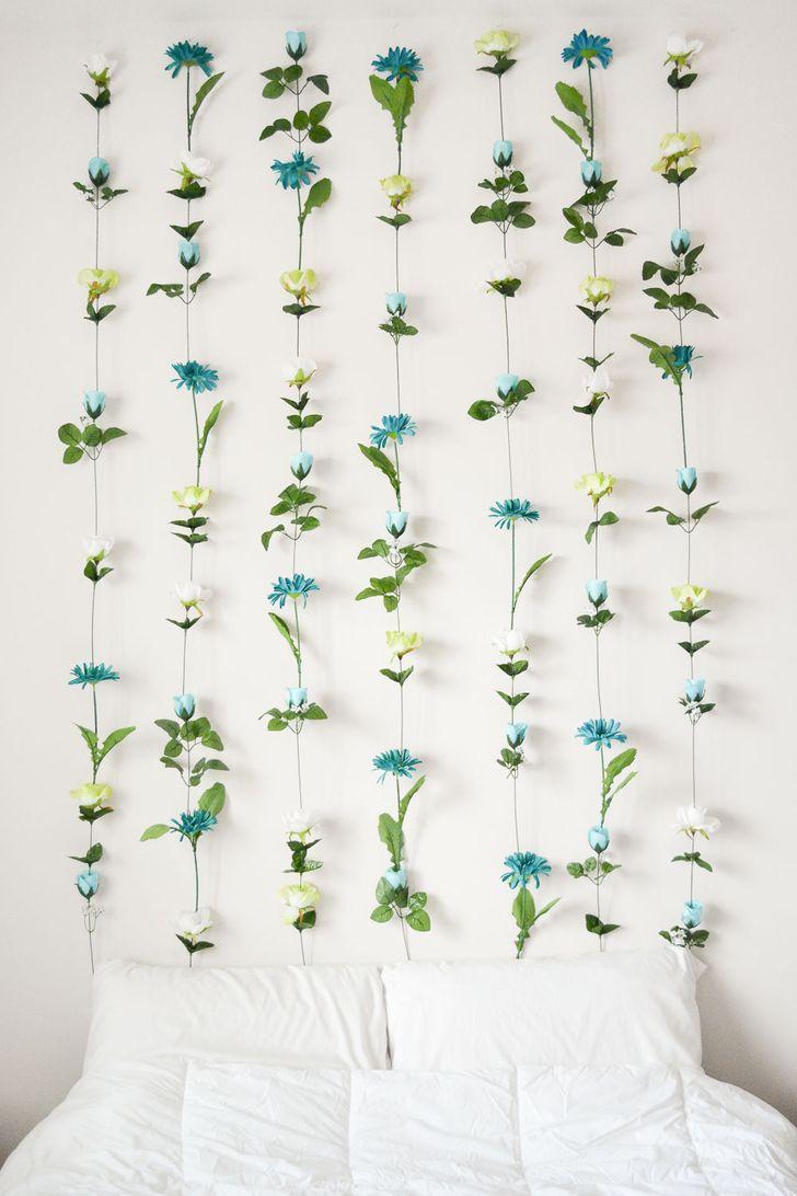 Trang trí dịu dàng như vậy có thể dễ dàng được tạo ra từ  hoa giả . Nếu bức tường của bạn được sơn 1 màu thì những bông hoa sẽ trông thật phong cách.