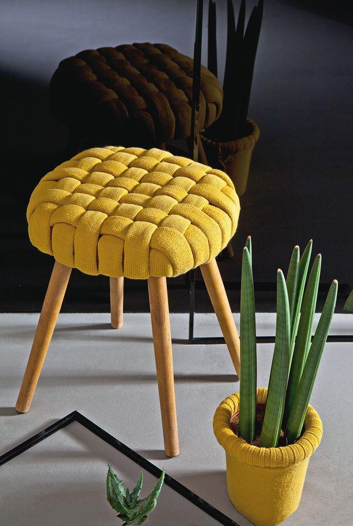 Bạn có thể làm mới ghế hoặc  ghế đẩu của mình bằng cách sử dụng một chiếc áo len cũ. Tận dụng phần thừa để trang trí một chậu hoa.