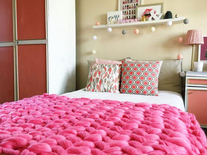 Một chiếc chăn dệt kim chunky là một chi tiết đầy phong cách và ấm cúng. Bạn có thể tạo ấm, item mềm này một mình với 2 bàn tay của riêng bạn.