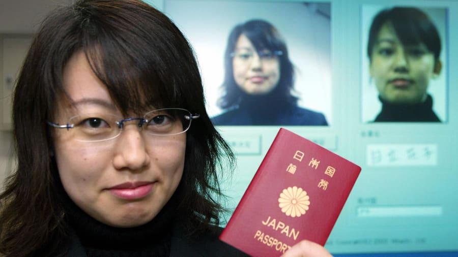 Hộ chiếu Nhật Bản là một trong những hộ chiếu đáng mơ ước nhất trên thế giới vì nó có khả năng nhập cảnh miễn thị thực đến 192 điểm đến trên toàn cầu - Ảnh: CNN/Getty Images