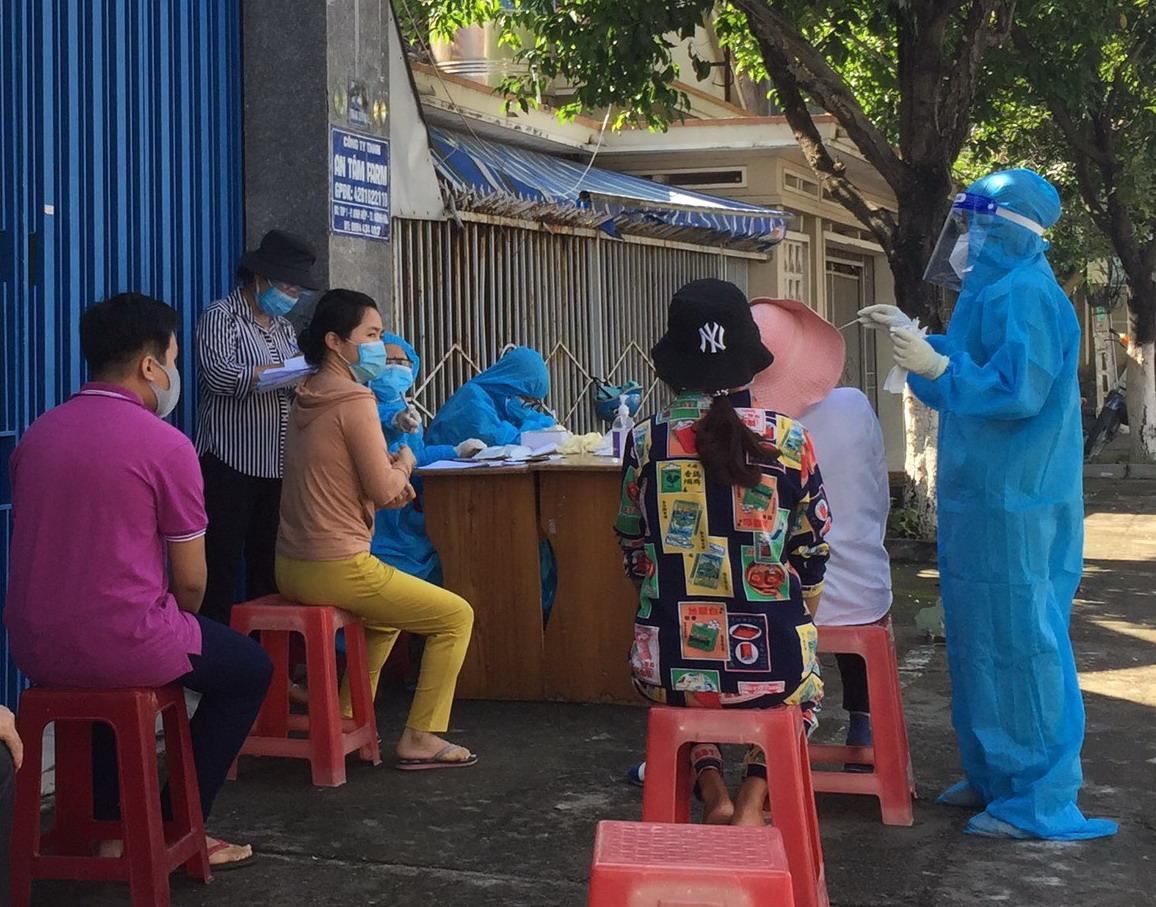 Lực lượng y tế thực hiện lấy mẫu tầm soát cộng đồng cho người dân
