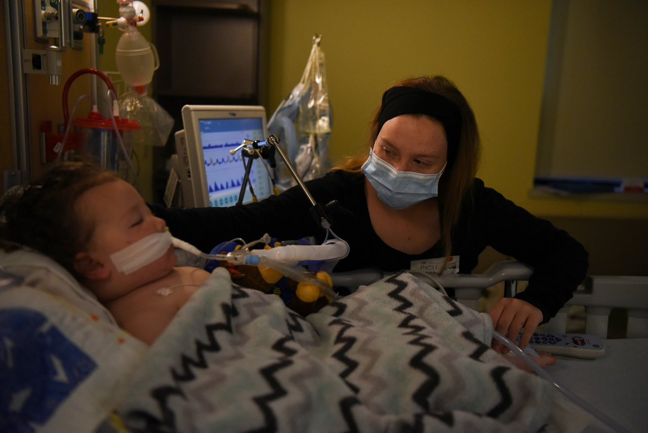 Cô Tiffany Jackson chăm sóc con Adrian James trong phòng ICU.