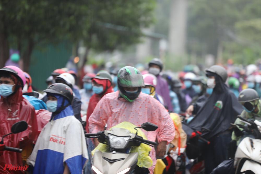 Do số lượng người quá đông, Trạm kiểm soát dịch tễ số 5 ở thị trấn Lăng Cô đã tiếp nhận, tiến hành các thủ tục thông chốt theo quy định cho hàng ngàn người về từ các tỉnh phía Nam bằng phương tiện xe máy