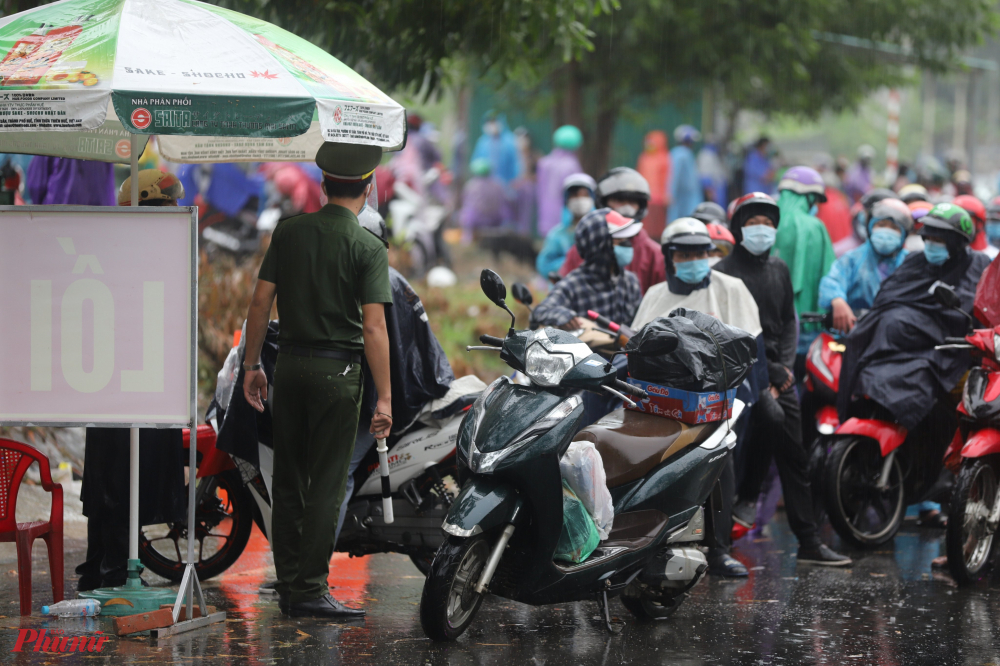 hàng ngàn chiếc xe máy chở người và hành lý chen chúc nối đuôi nhau kéo dài từ dốc đèo Hải Vân đến vị trí chốt kiểm soát dịch tễ số 5, để đợi làm thủ tục thông chốt theo sự hướng dẫn của lực lượng Cảnh sát giao thông huyện Phú Lộc