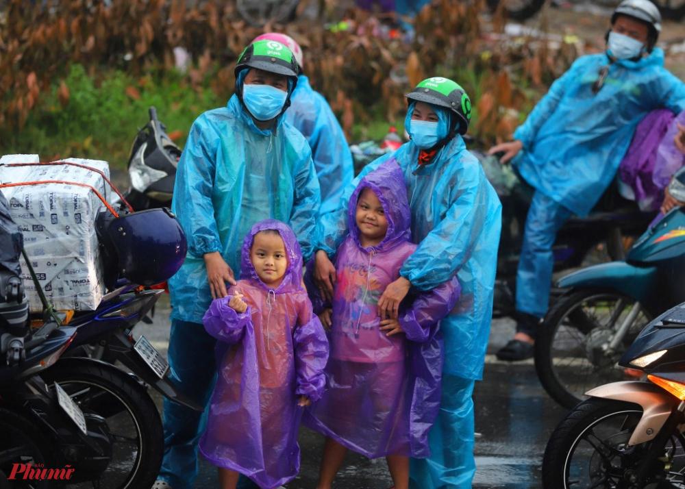 Bà con ai ở địa phương khác sẽ được hỗ trợ thêm thức ăn, nước uống và xăng ổn định tại vị trí chốt này để chờ lực lượng CSGT thu xếp dẫn đoàn đi qua địa phận Thừa Thiên- Huế