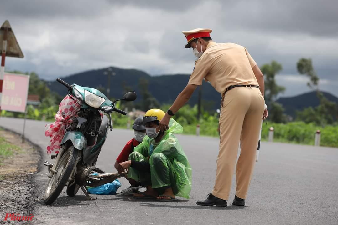 Thiếu tá Huỳnh Tuế, Đội trưởng Đội Cảnh sát giao thông huyện Phú Lộc (Thừa Thiên - Huế) cho biết, số lượng người từ các tỉnh, thành phố phía Nam trở về quê qua chốt số 5 tăng rất nhanh trong 2 ngày qua, thời điểm qua chốt lúc đông nhất lên đến 3.000 người.