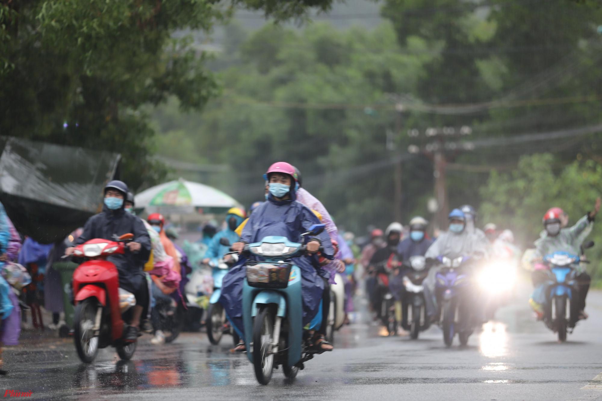 Sau gần tiếng trời tạnh ráo, những cơn mưa nặng hạt tiếp tục ập đến khiến hành trình của hàng nghìn người đi xe máy về các tỉnh phía Bắc thêm khó khăn, Thiếu tá Huỳnh Tuế, Đội trưởng Đội Cảnh sát giao thông huyện Phú Lộc cho biết, số lượng người từ các tỉnh, thành phố phía Nam trở về quê qua chốt số 5 tăng rất nhanh trong 2 ngày.