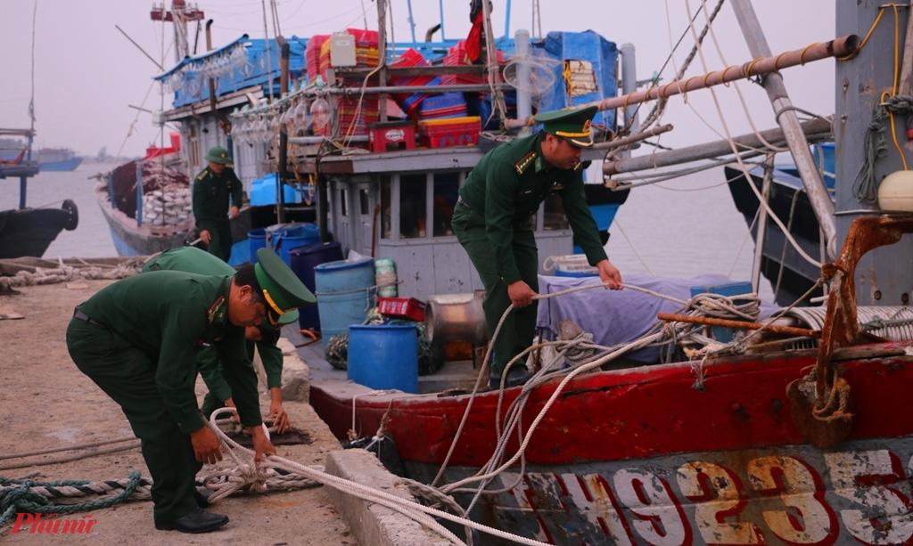 Bộ đội Biên Phòng  thuộc Hải đội 2 ở phường Thuận An (TP. Huế) giúp dân neo đậu tàu thuyền