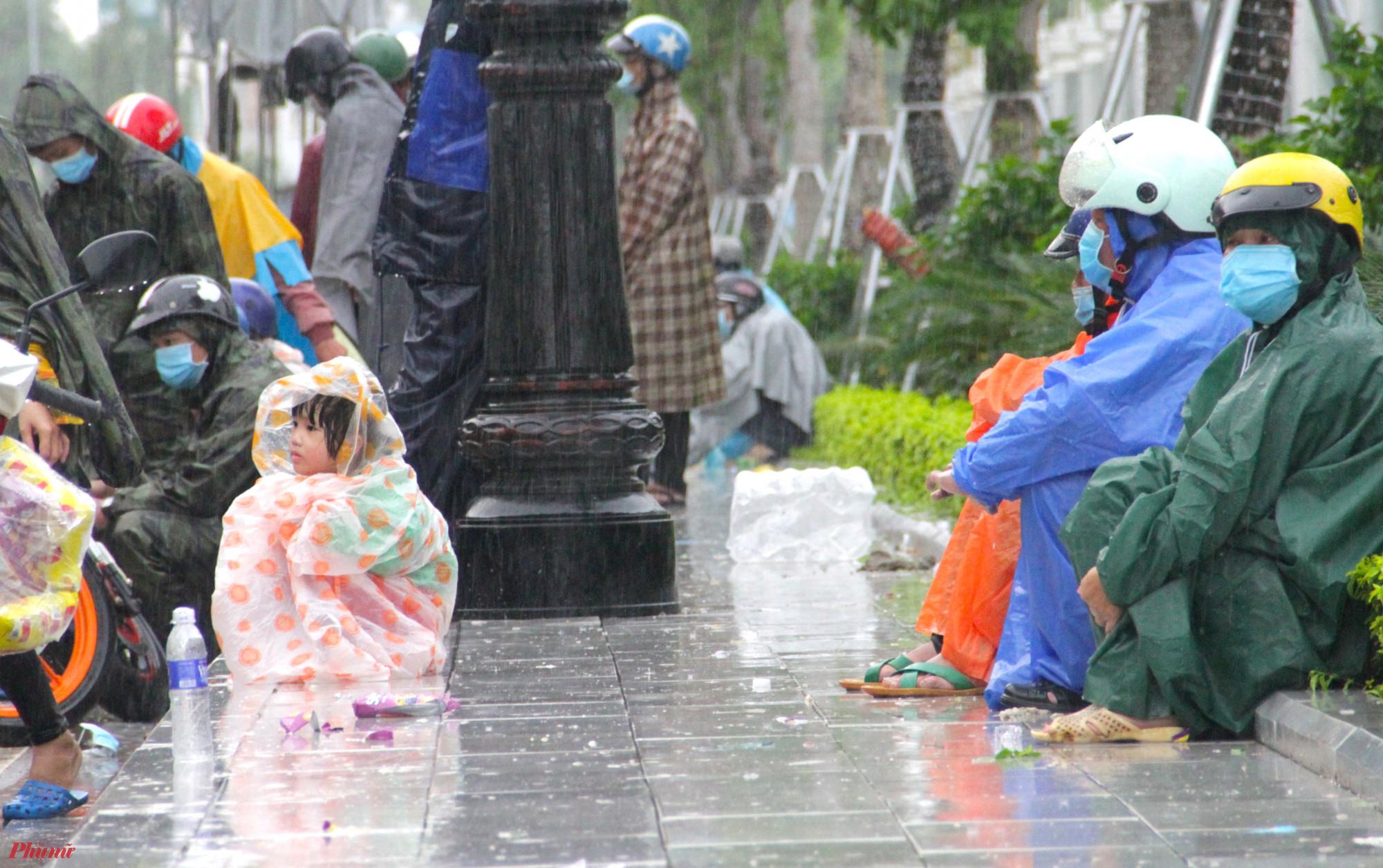 Lãnh đạo Sở Giao thông vận tải Nghệ An cho biết, trung bình mỗi ngày có khoảng 200 người dân Nghệ An từ các tỉnh phía Nam về quê. Riêng 2 ngày qua, số lượng công dân trở về quê tăng đột biến lên đến hàng nghìn người.