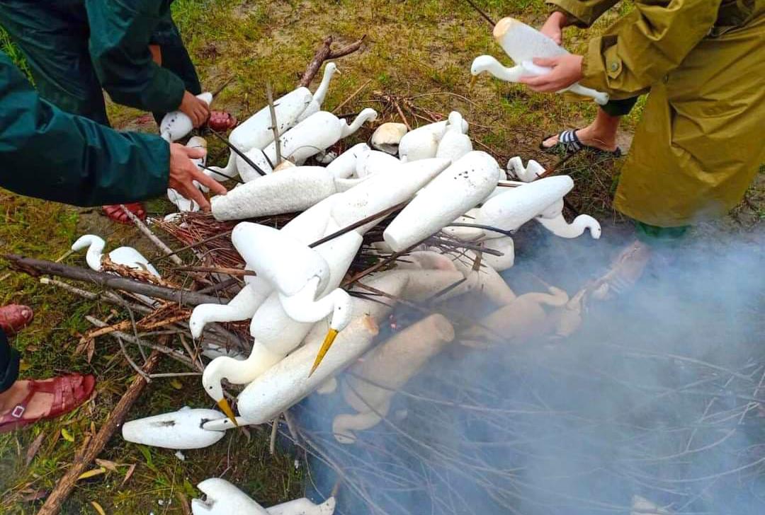 Hàng loạt dụng cụ bẫy chim trời thu giữ được đốt bỏ ngay tại ruộng