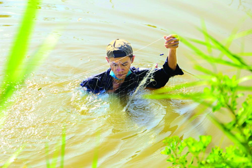 Anh Lê Minh Trung đi thả lưới từ khi trời tờ mờ sáng