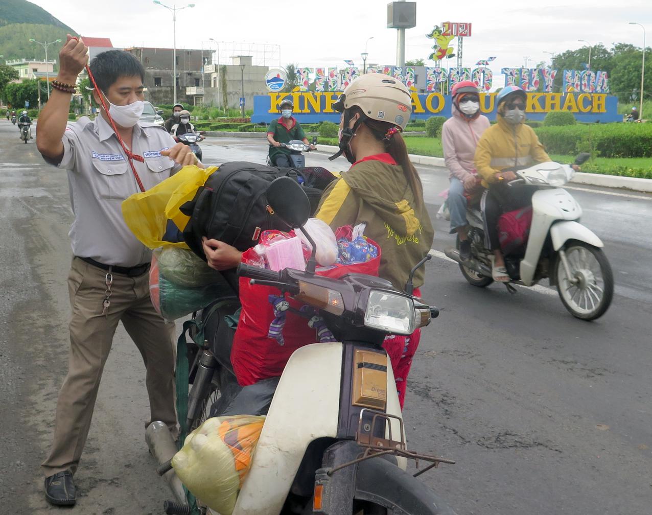 Tình nguyện viên hỗ trợ người đi đường