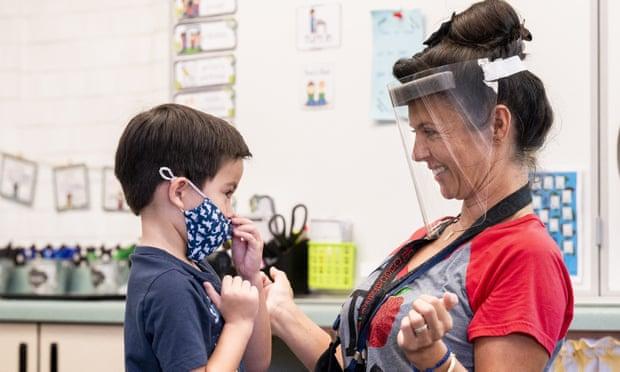 Vì trẻ dưới 12 tuổi vẫn chưa được tiêm chủng nên nhiều giáo viên thấy họ bị áp lực khi đứng lớp