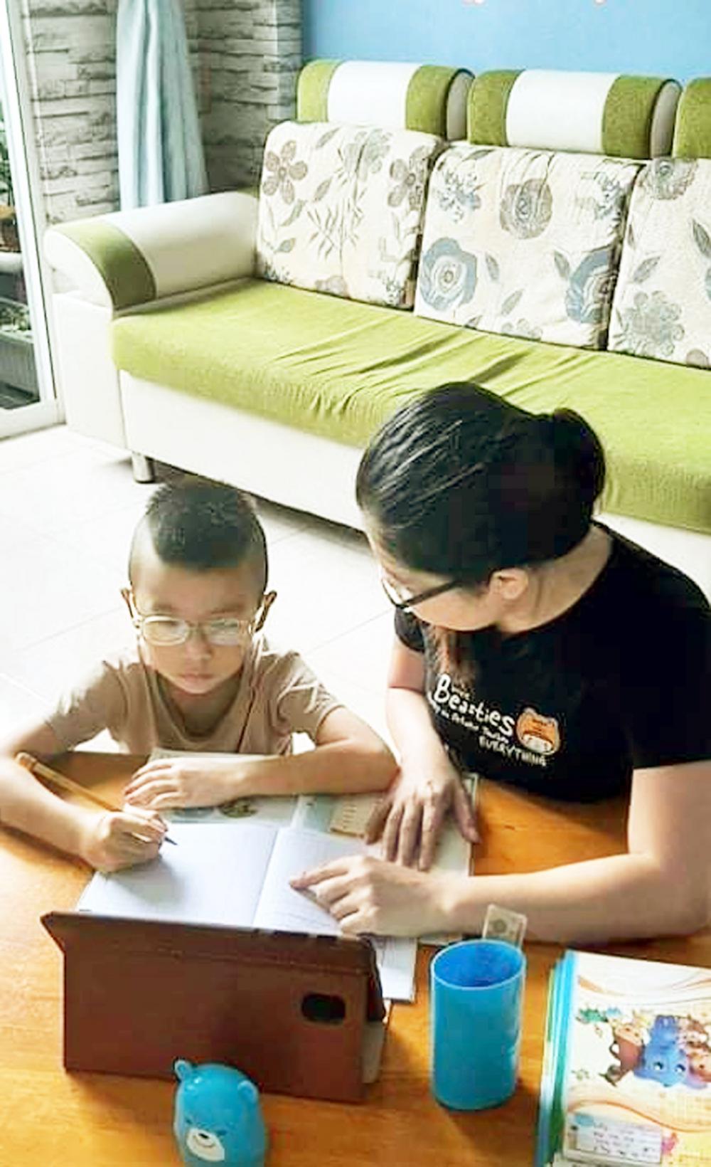 Một học sinh lớp Hai tại H.Bình Chánh, TP.HCM luôn cần có mẹ hỗ trợ khi học online - ẢNH: PHÚC TRẦN