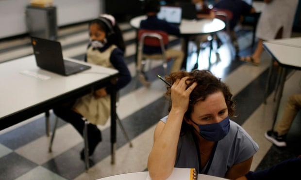 Jessica Crane làm việc với các học sinh lớp hai tại trường Kelly ở Chelsea, Massachusetts. Ảnh: Brian Snyder / Reuters