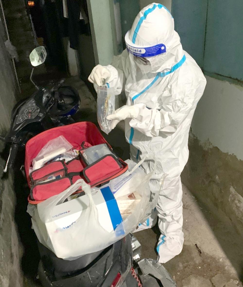 Bác sĩ Hoàng Yến và đồng đội chuẩn bị thuốc và thiết bị hỗ trợ cấp cứu bệnh nhân lúc 3g sáng