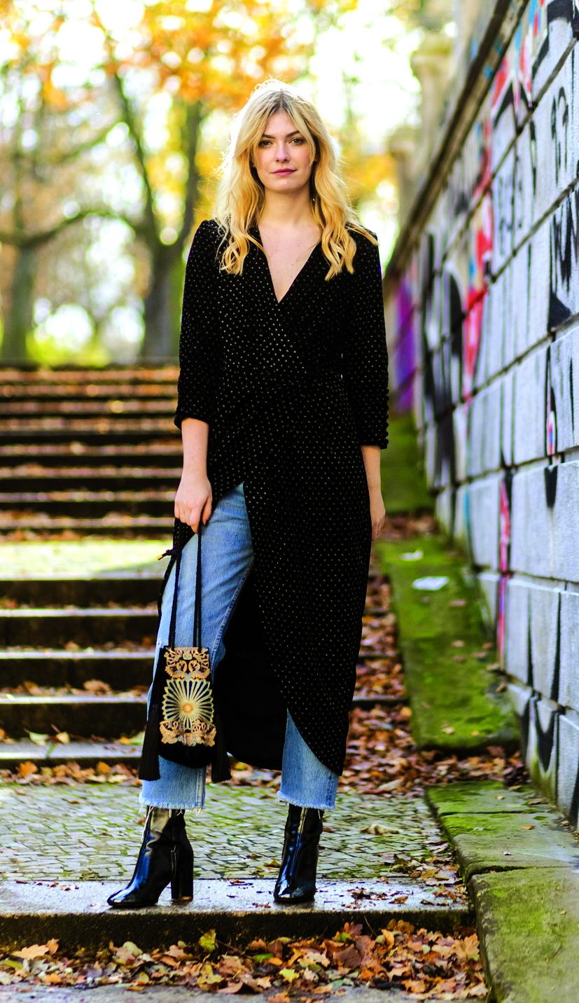 Đầm dài và quần jeans -  sự kết hợp tưởng thừa thãi lại được ưa chuộng