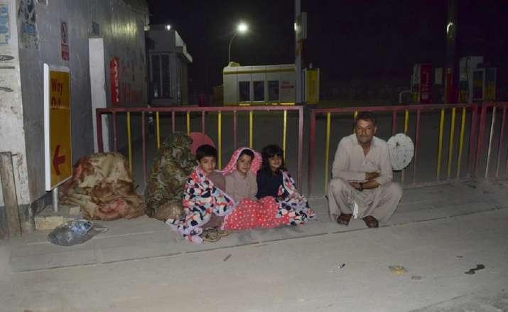 Một gia đình tụ tập bên ngoài ngôi nhà của họ sau khi một trận động đất mạnh xảy ra ở phía đông Quetta vào đầu thứ Năm [Arshad Butt / Ảnh AP]