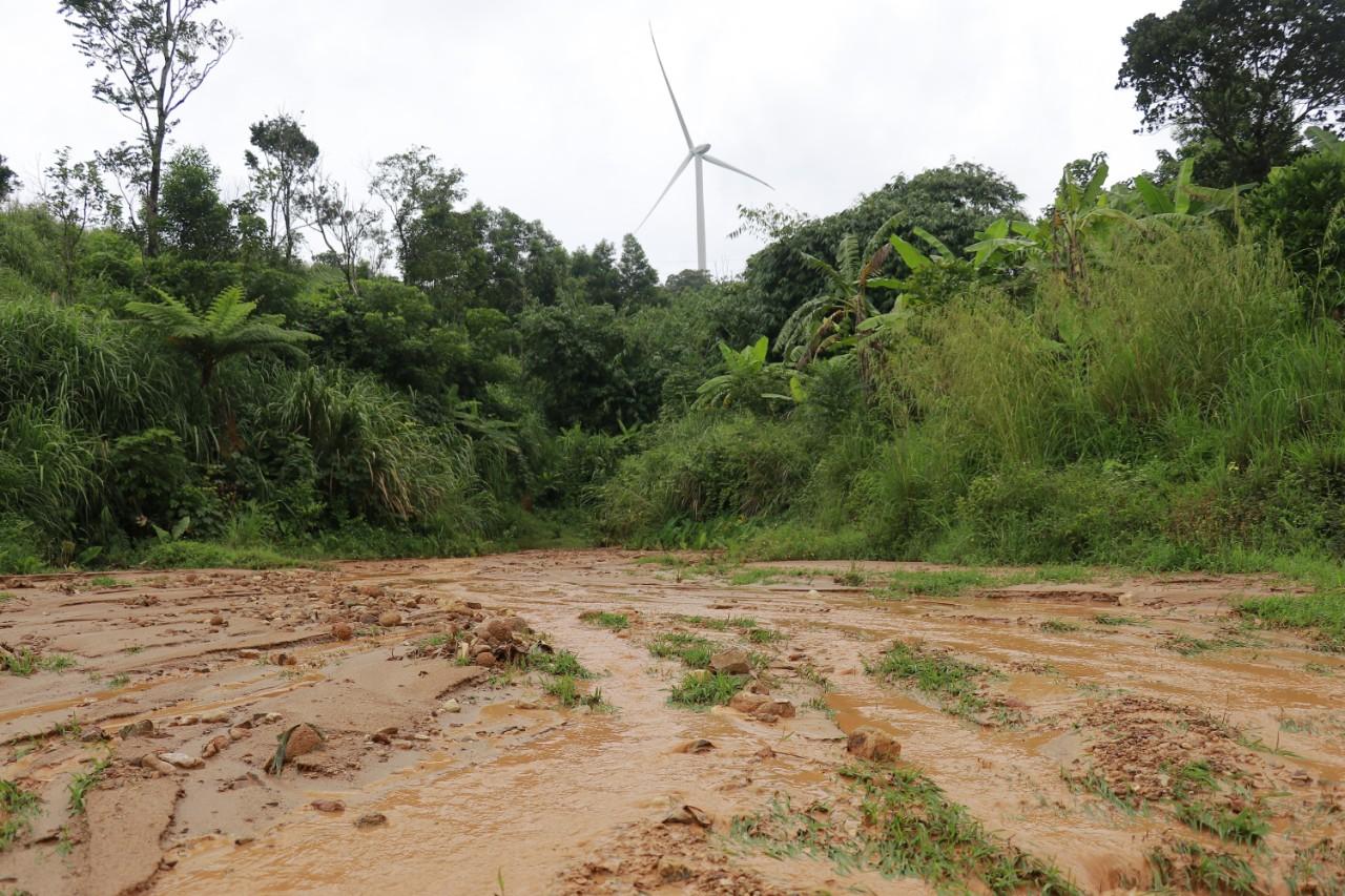 Đất đá trôi về từ các bãi thải của dự án điện gió tràn xuống nương vườn của người dân