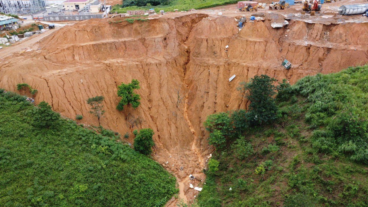 Sạt lở đất ở một công trường điện gió tại huyện Hướng Hóa