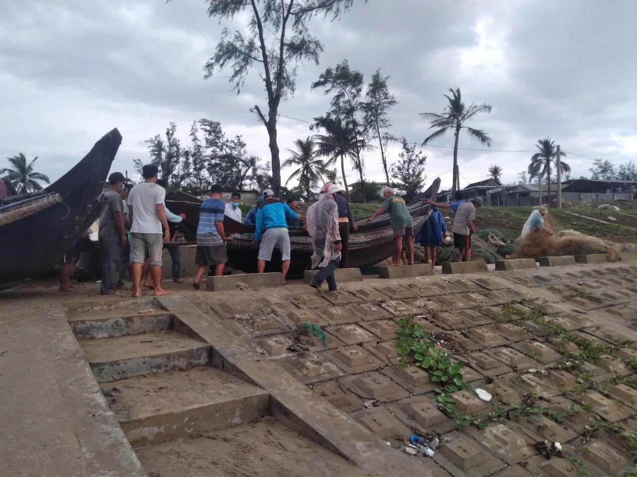 Ngư dân Quảng Công giúp nhau đưa tàu thuyền vào bờ, chú động đối phó với áp thấp nhiệt đới đang diễn biến phức tạp