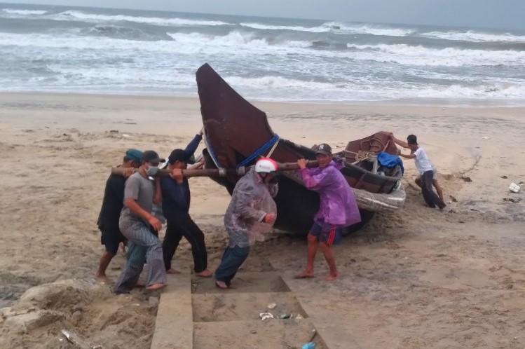Ngư dân xã Quảng Công (huyện Quảng Điền) đưa tàu thuyền lên bờ