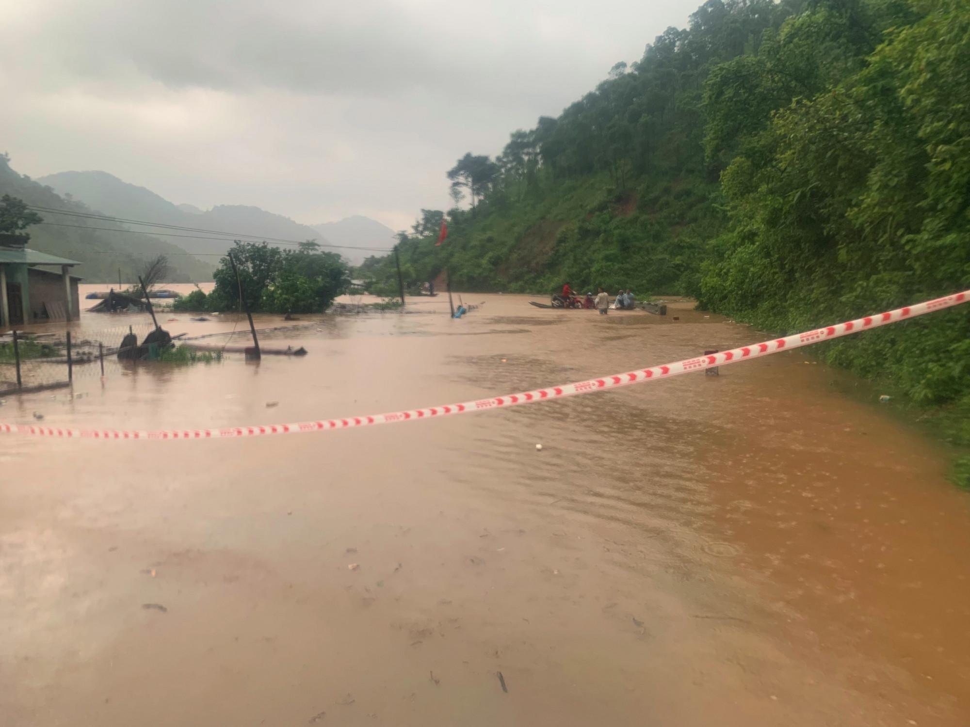 Giao thông  tại các xã miền núi tỉnh Quảng Trị bi chia cắt nhiều nơi do mưa lớn