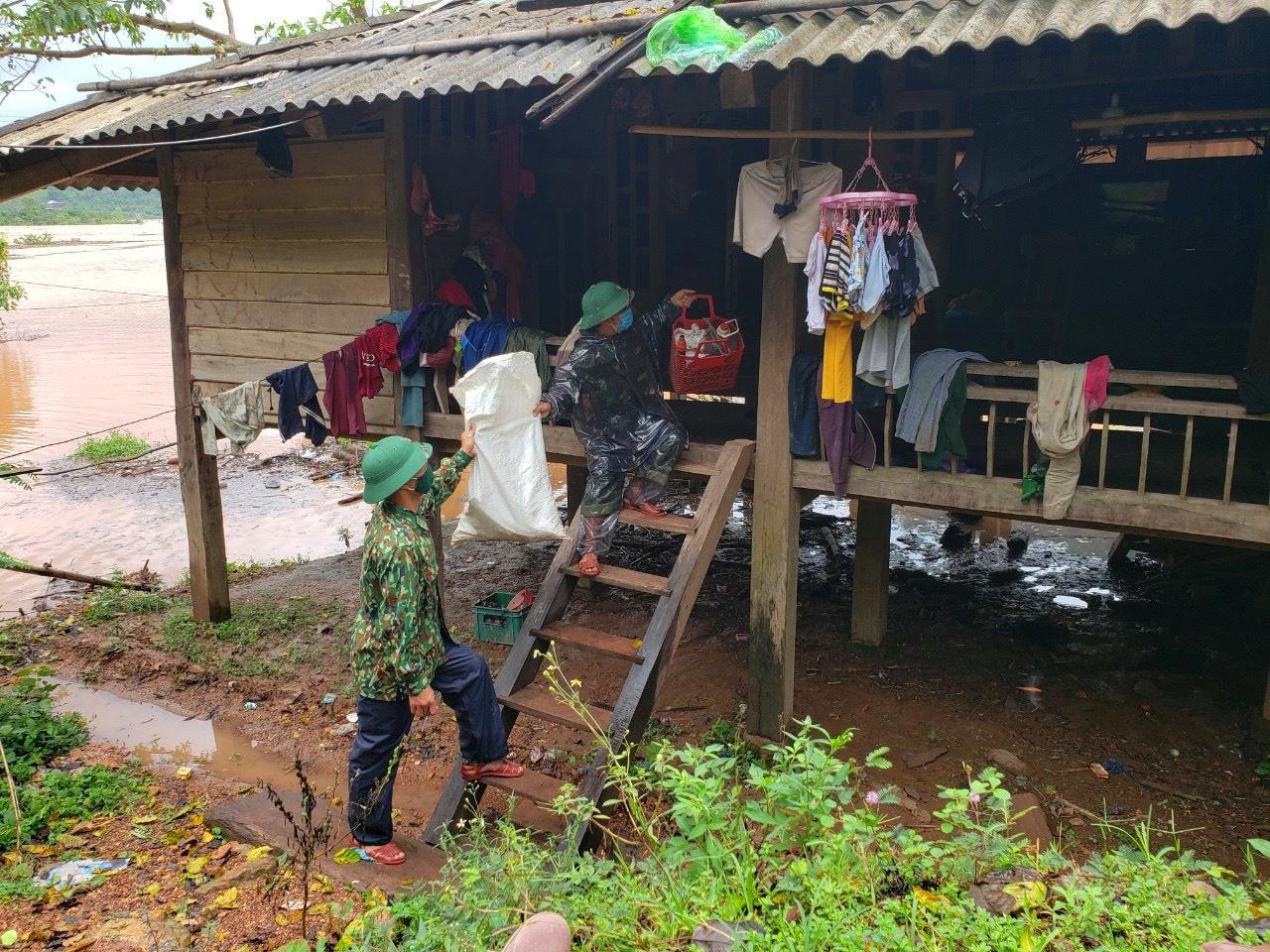 Đồn Biên phòng Ba Nang, BĐBP Quảng Trị giúp nhân dân bản Ly Tôn (xã Tà Long, huyện Đakrông) vận chuyển đồ đạc. Ảnh: Phước Trung