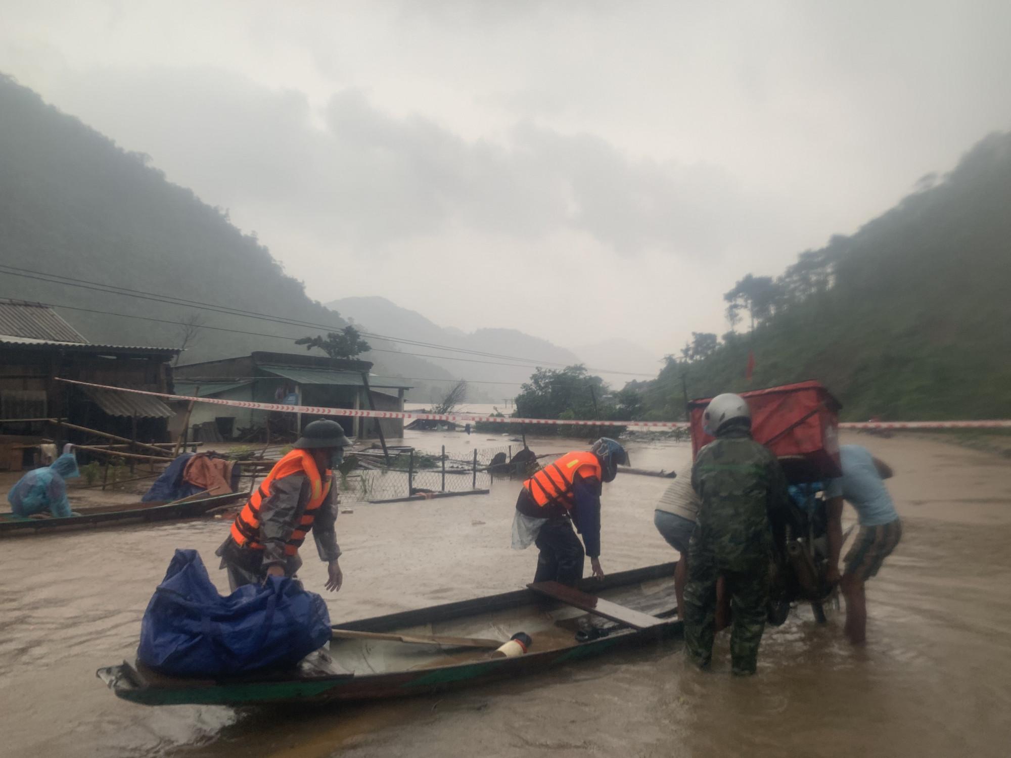 Đồn Biên phòng Ba Nang, BĐBP Quảng Trị đưa người dân thôn Trại Cá (xã Tà Long, huyện Đakrông) sinh sống dọc theo tuyến Đường 14 di dời đến nơi an toàn