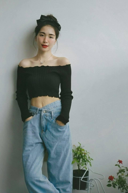 Chiếc quần jeans nhìn xịn xò nhưng chỉ có giá 171.000 đồng, và chiếc áo thun trễ vai có giá