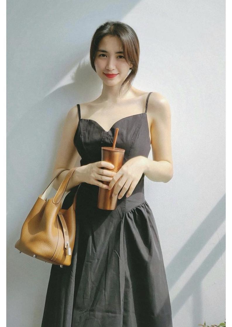 Chiếc đầm dây màu đen giúp Hoà Minzy khoe được bờ vai thon chỉ có giá 215.000 đồng