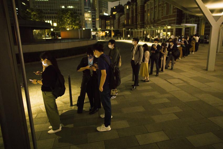 Mọi người xếp hàng chờ đợi bên ngoài ga Tokyo sau khi tất cả các dịch vụ xe lửa bị đình chỉ
