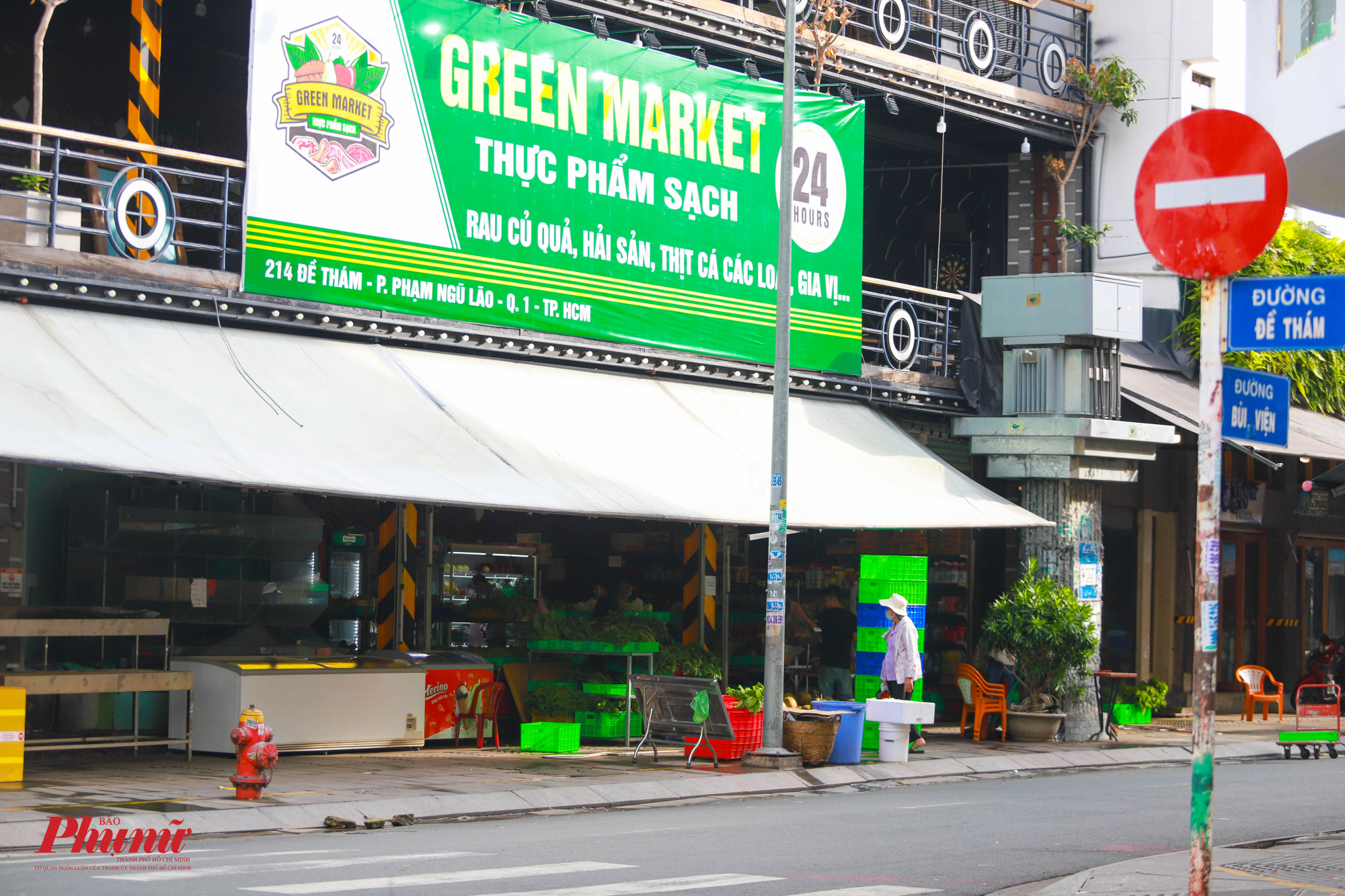 Một số quán ăn rên phố Tây Bùi Viện đã được thay các biển hiệu tam Các quán ăn t đã chuyển sang bán rau củ, hải sản.