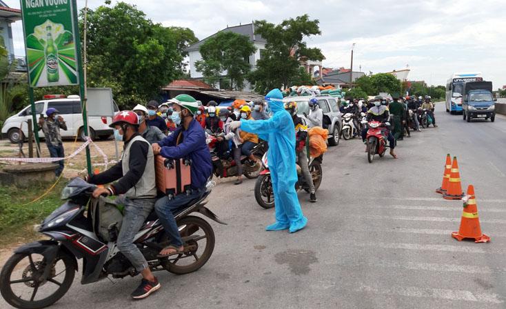 Thủ tướng yêu cầu các địa phương phối hợp đưa đón người dân về quê an toàn