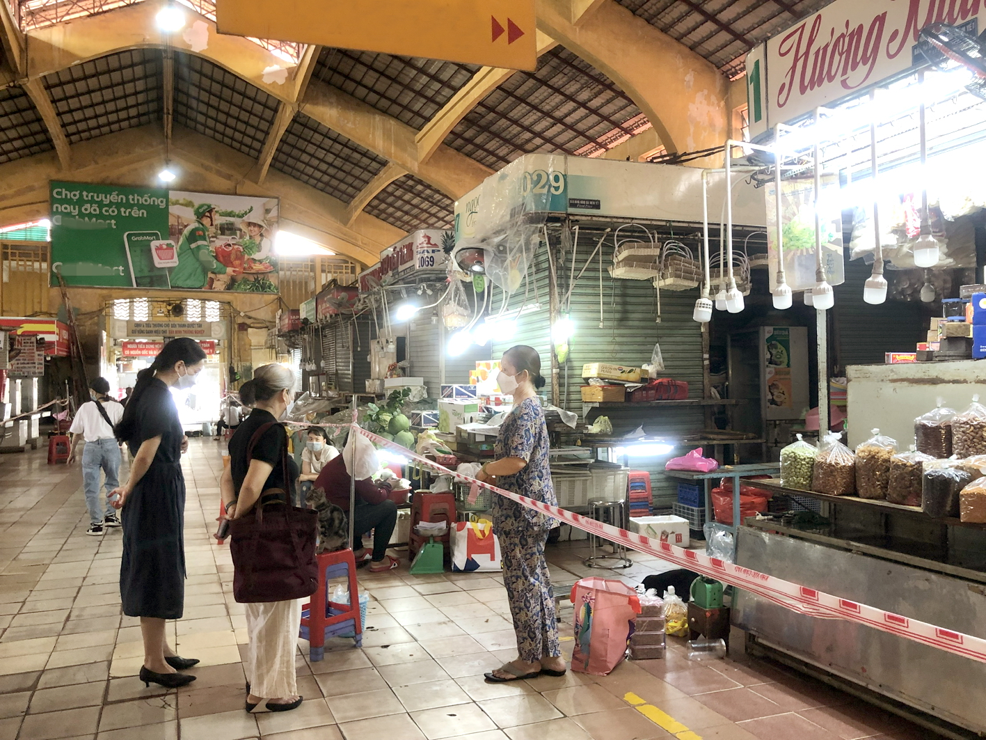 Nhiều sạp bán bánh kẹo, mứt chợ Bến Thành (Q.1, TP.HCM) vẫn đóng cửa, chỉ một số ít tiểu thương mở bán cầm chừng