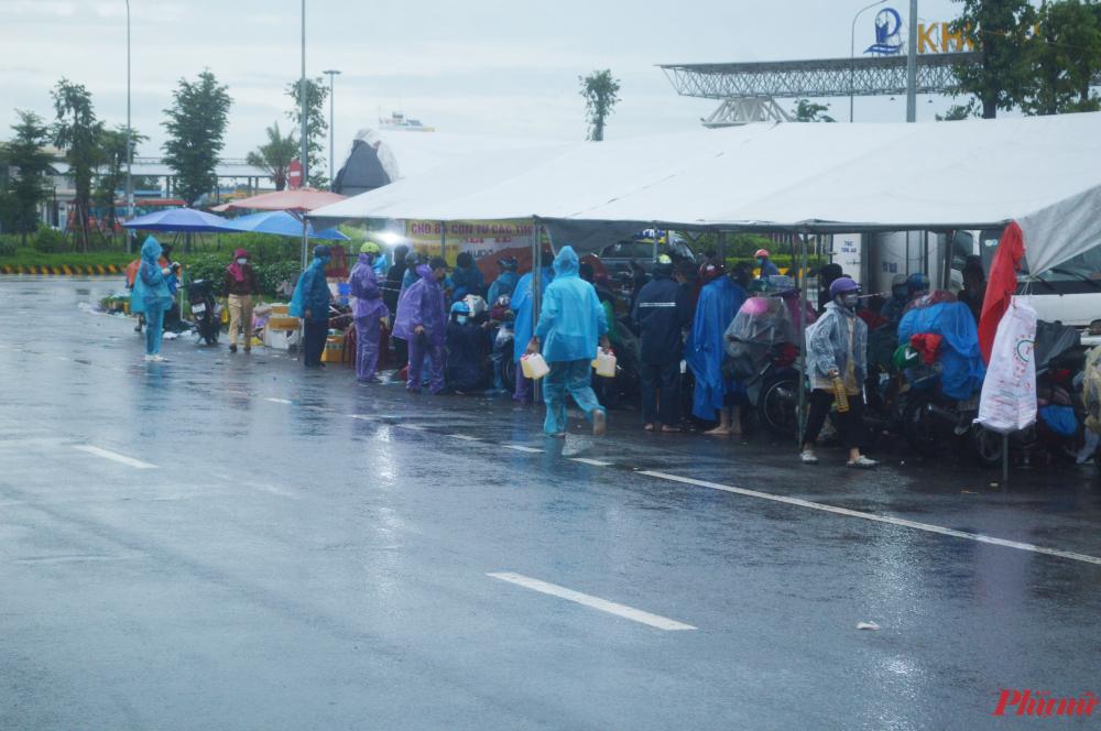 Tình nguyện viên mang xăng đến cho người dân