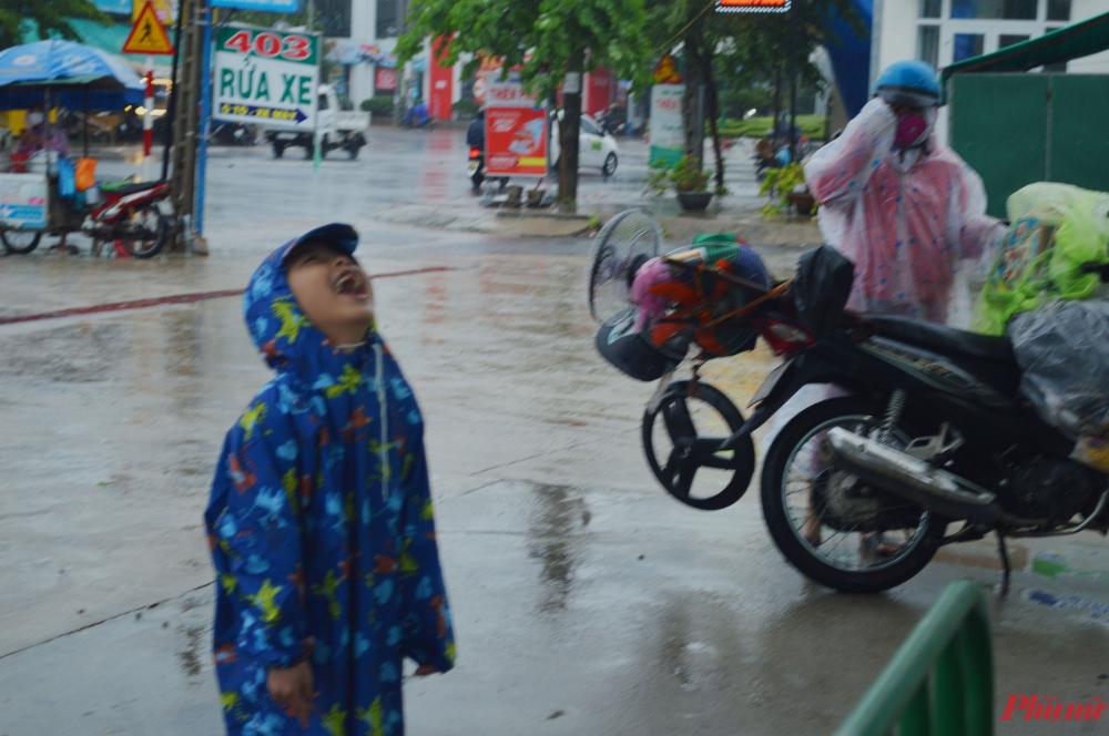 Em bé hồn nhiên cười tươi rói khi cha mẹ dừng đổ xăng để tiếp tục hành trình về Huế